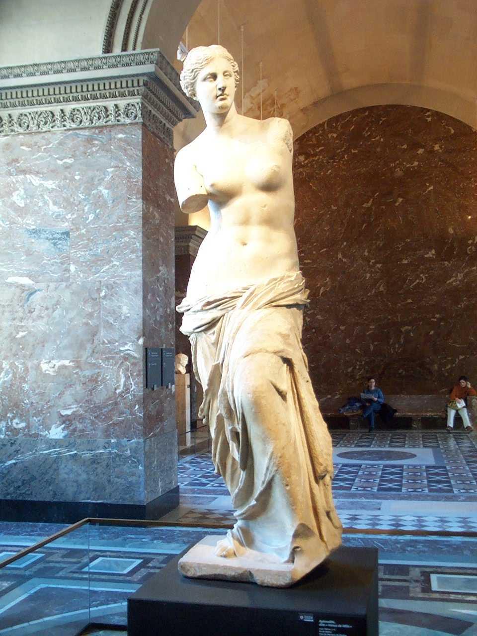 venus de milo A vênus de milo (português brasileiro)  e viu a deusa como uma venus victrix (vênus vitoriosa), atribuindo sua autoria ao círculo de praxíteles, .
